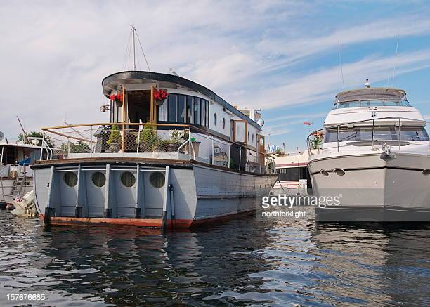 house boat in seattle's lake union - houseboat stock pictures, royalty-free photos & images