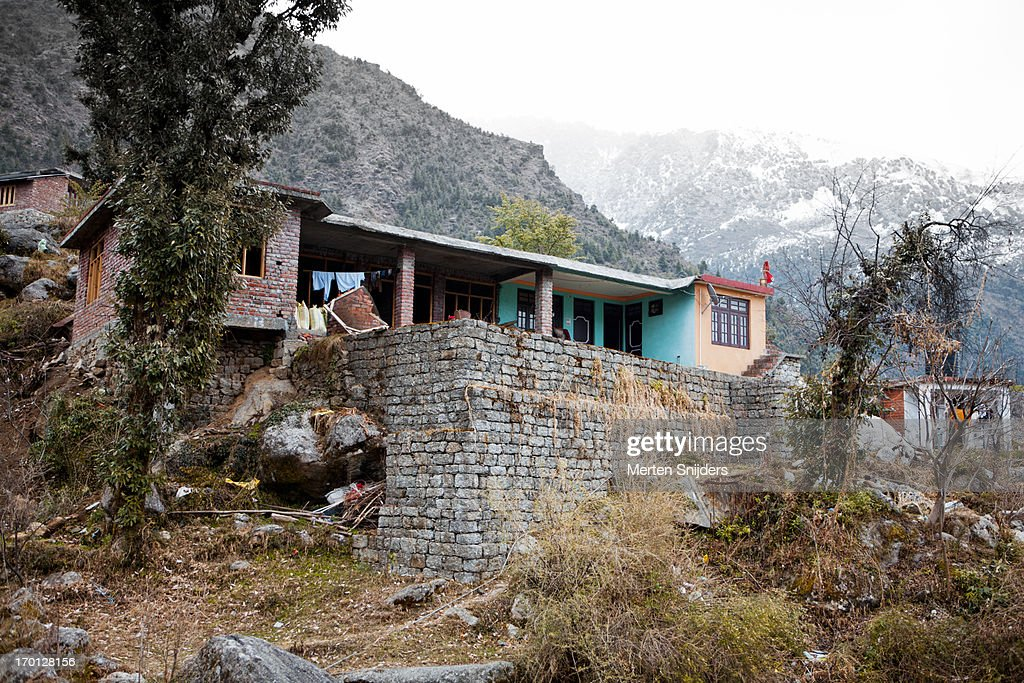 House built against slope of mountain : Stockfoto