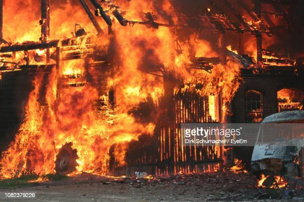 house burning at night - burns night stock pictures, royalty-free photos & images