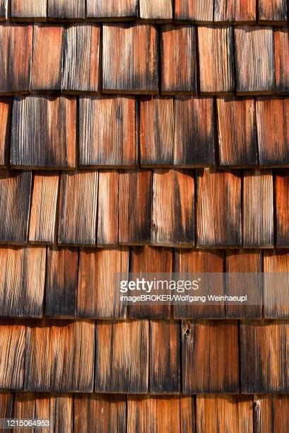house facade of wood shingles, weathered wood shingles, austria - culebrilla fotografías e imágenes de stock