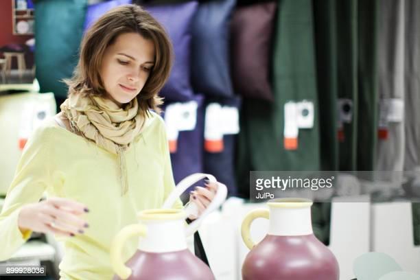 shopping di articoli per la casa - articoli casalinghi foto e immagini stock