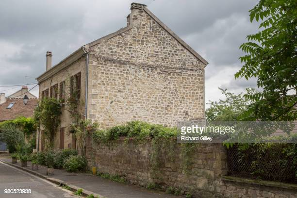house in auvers-sur-oise - oise stock photos and pictures