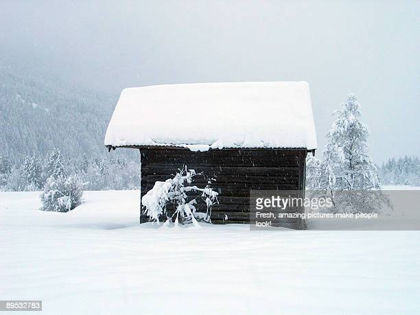house in deep snow - wasserform stock-fotos und bilder