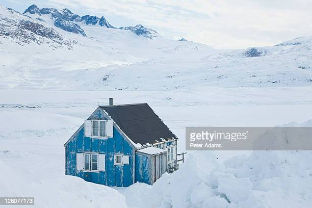 house in snow, tiniteqilaaq in winter, e. greenland - peter adams stock pictures, royalty-free photos & images