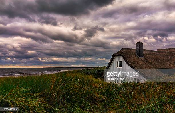 house in the dunes - fischland darss zingst photos et images de collection
