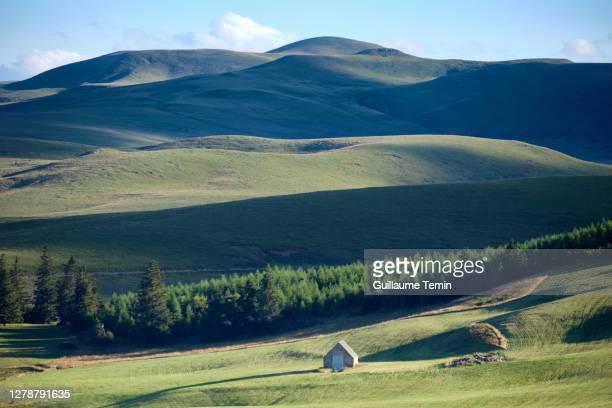 house in the hills - オーヴェルニュ=ローヌ=アルプ ストックフォトと画像