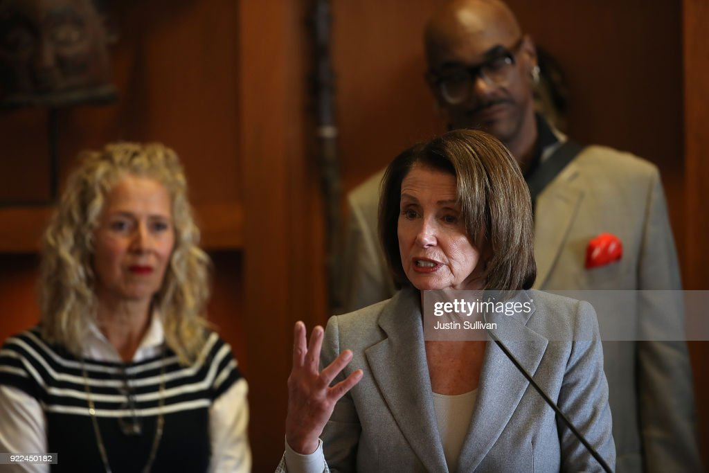 House Minority Leader Nancy Pelosi (D-CA) Discusses The Consequences Of The Tax Cuts And Jobs Act : Nachrichtenfoto