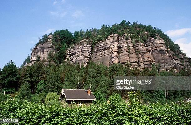 house next to mountain, zittauer mountains, oybin, saxony, germany - gebirge stock-fotos und bilder