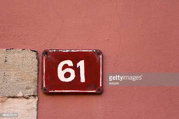 Hausnummer Nr. 61 auf Rosa Fassade