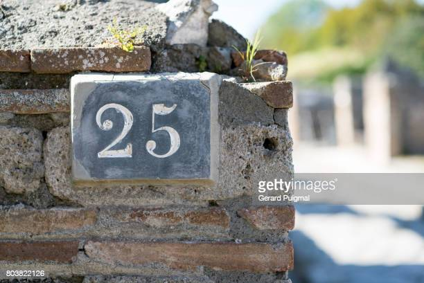 House number sign '25'