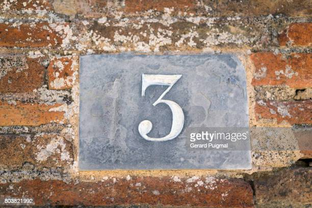 House number sign '3'