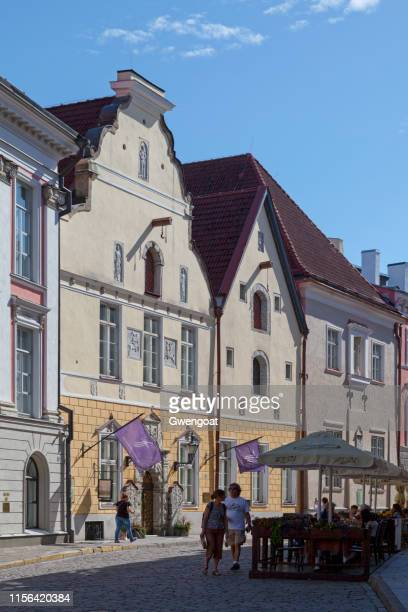 house of the blackheads in tallinn - gwengoat stock pictures, royalty-free photos & images