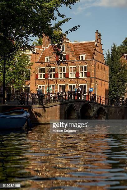house on three canals along grimburgwal - merten snijders stock-fotos und bilder