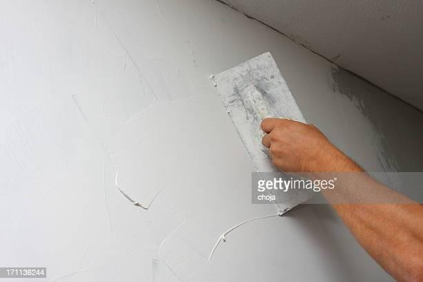 Peintre se réparer le mur