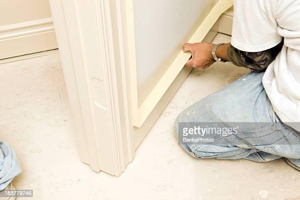 ハウス画家マスクのベースの近くの床のトリム