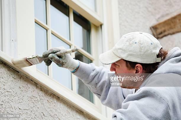 House Painter Handwerker malen Fenster für Heimarbeit und reparieren