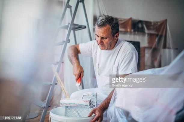 hausmaler arbeitet allein - maler stock-fotos und bilder