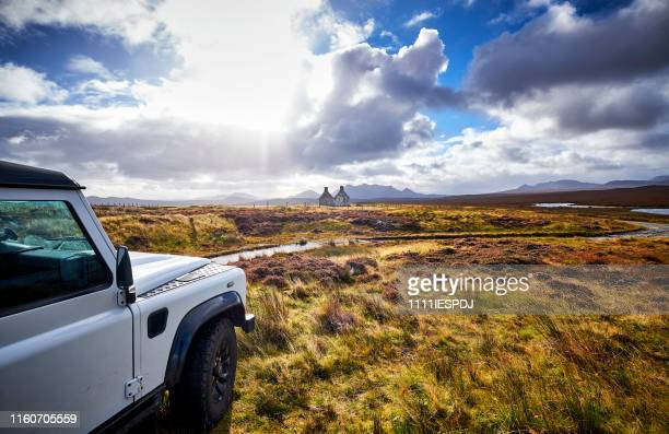 house ruin in remote landscape of scotland with land rover defender in the foreground - land rover stock pictures, royalty-free photos & images