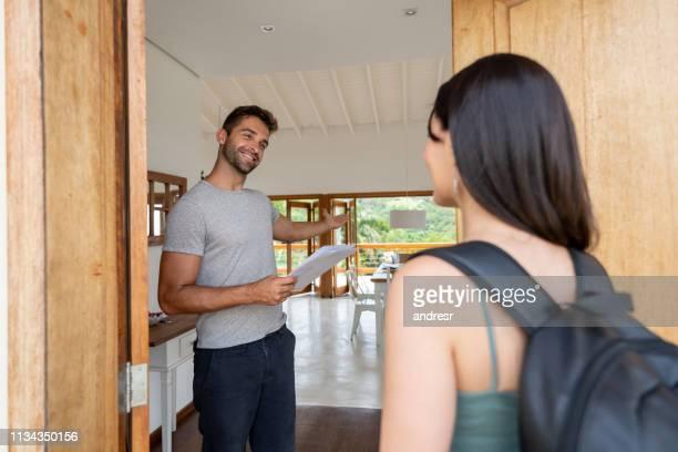 ospite di condivisione della casa che accoglie l'ospite a casa sua - ospite foto e immagini stock