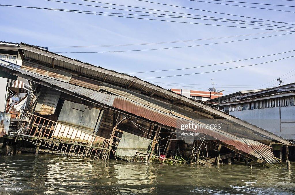 House sinking in Water : Bildbanksbilder
