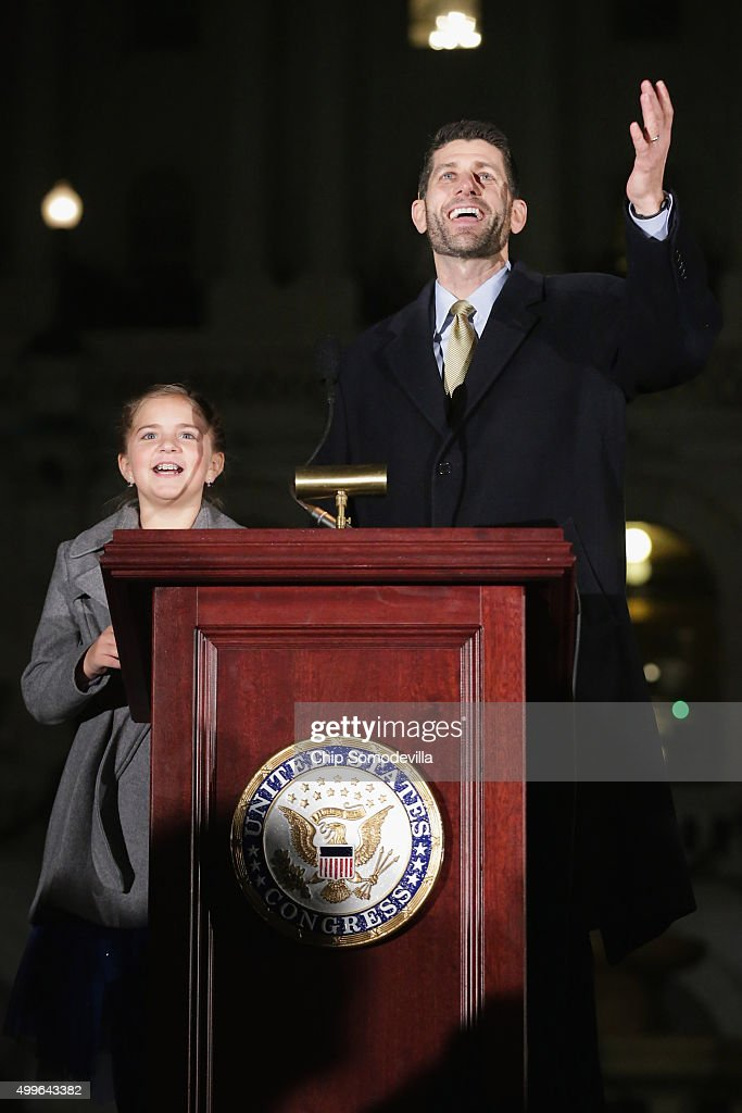 Ceremony Held For Annual Lighting Of Capitol Hill Christmas Tree : Nieuwsfoto's