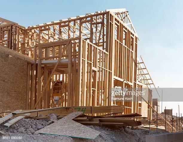house under construction - 建物の骨組み ストックフォトと画像