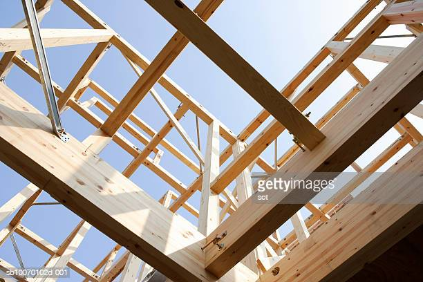 house under construction, view from below - intelaiatura foto e immagini stock