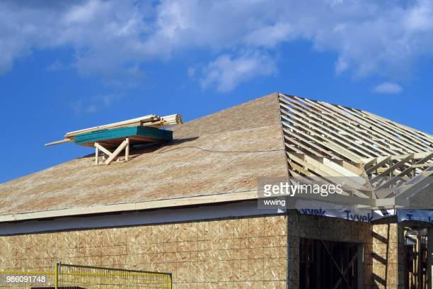 huis in aanbouw met dak momenteel gewerkt. - gordelroos stockfoto's en -beelden