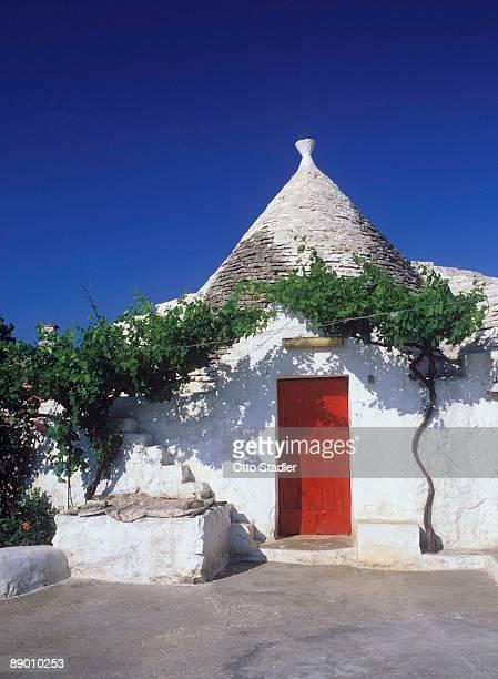 house with red door, italy - les pouilles photos et images de collection