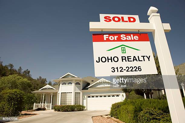 house with sold notice on real estate agents sign - sells arizona stock pictures, royalty-free photos & images