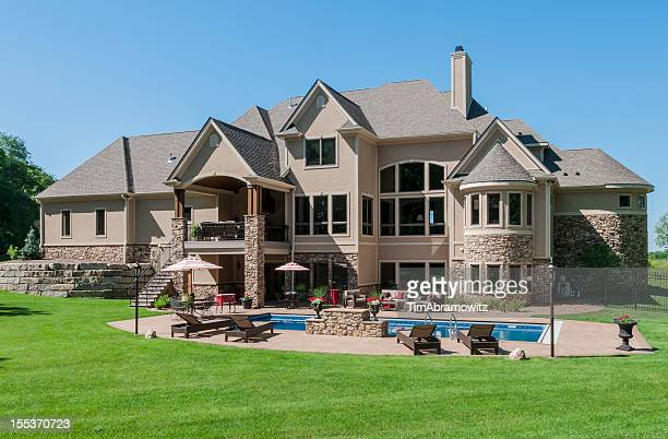 Casa com piscina com um claro céu azul