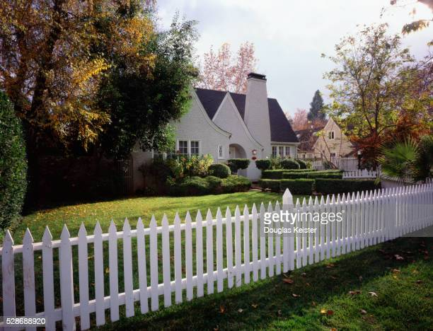house with white picket fence - 杭垣 ストックフォトと画像