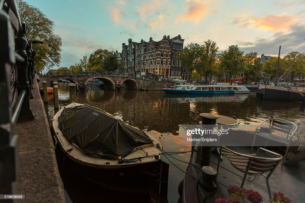 Houseboat and tourboat on Brouwersgracht : Stockfoto