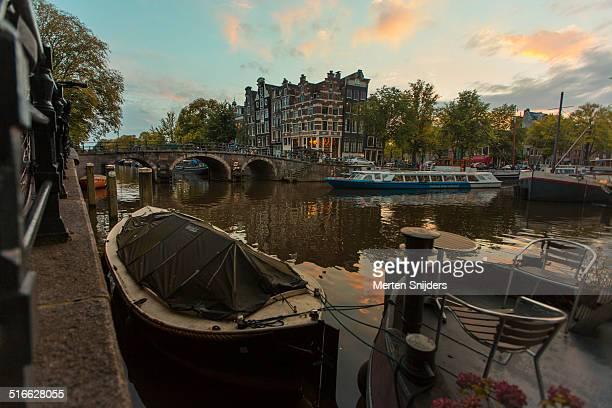 houseboat and tourboat on brouwersgracht - merten snijders stock-fotos und bilder