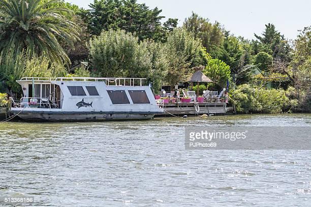 屋形船でカマルグ-フランス - pjphoto69 ストックフォトと画像