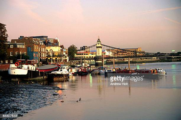 houseboats on river thames low tide, hammersmith - fulham stock pictures, royalty-free photos & images