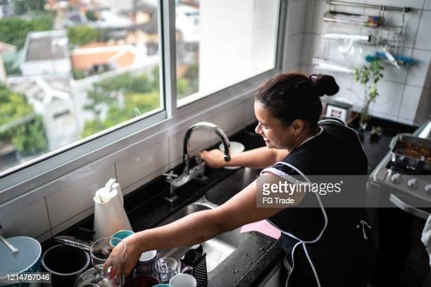 housekeeper washing the dishes at house - cultura brasileira imagens e fotografias de stock