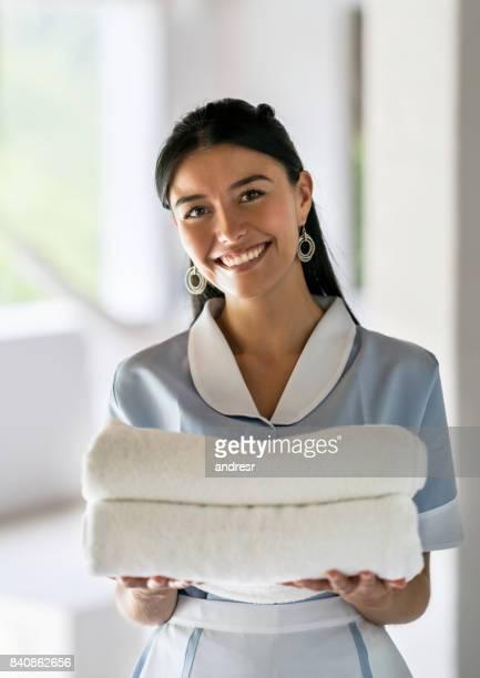 Huishoudster werken bij een hotel en schone handdoeken te houden