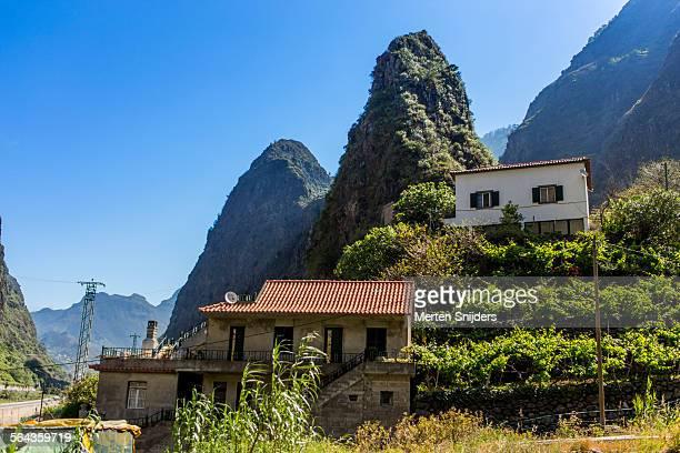 houses against mountain slope - merten snijders - fotografias e filmes do acervo