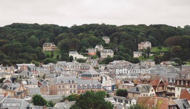 houses against trees and mountains against sky - bortes stockfoto's en -beelden