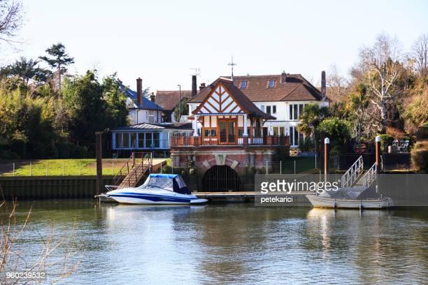 テムズ河沿いの家 - キングストンアポンテムズ ストックフォトと画像