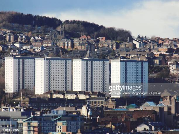 houses and buildings in city - dundee scotland stock pictures, royalty-free photos & images