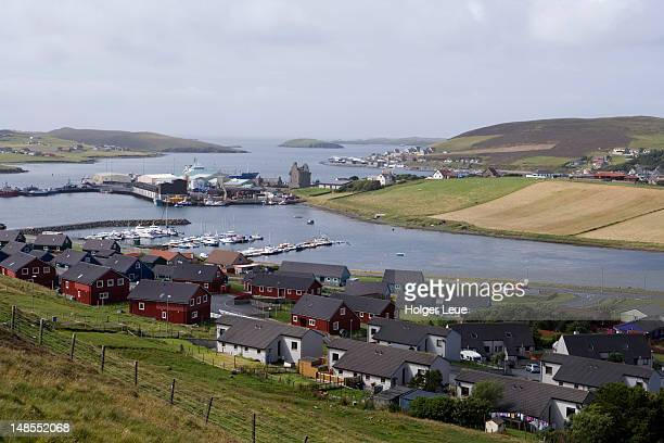 houses and harbour. - isole shetland foto e immagini stock