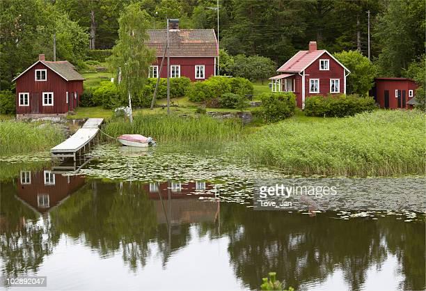 houses by lake side - dalsland - fotografias e filmes do acervo