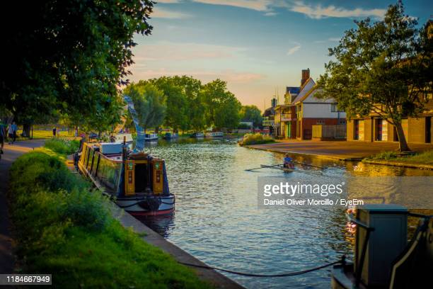 houses by river against sky - cambridge cambridgeshire imagens e fotografias de stock