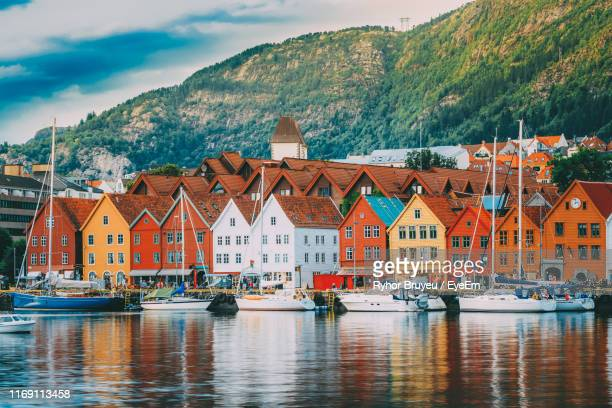houses by sea against sky in city - noruega fotografías e imágenes de stock