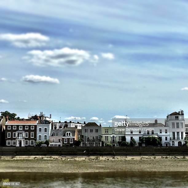houses by thames river against sky - fulham stock pictures, royalty-free photos & images