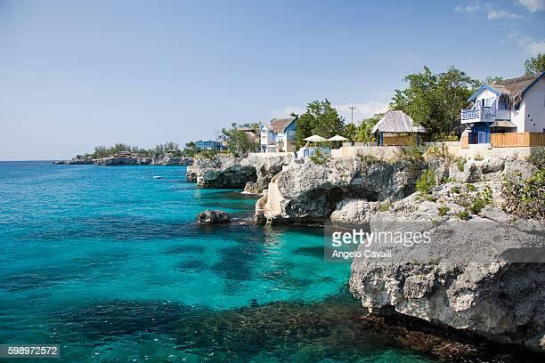 houses by the sea - jamaica stockfoto's en -beelden