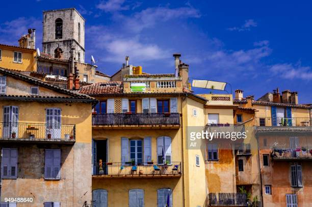 houses in grasse with the tower of notre-dame du puy cathedral in the background, grasse, provence-alpes-côte d'azur, france - alpes de haute provence stockfoto's en -beelden