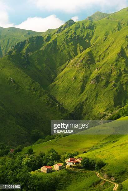 casas en las montañas de asturias - principado de asturias fotografías e imágenes de stock